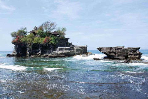 Знаменитый прибрежный храм Бали – Танах Лот. Бали, Индонезия