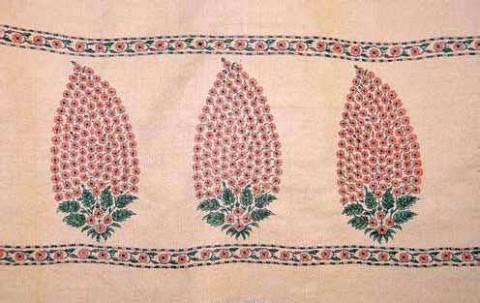 Красота этой шали Пашмина заключается в узоре в форме миндаля на паллаве (расшитом краю) шали.