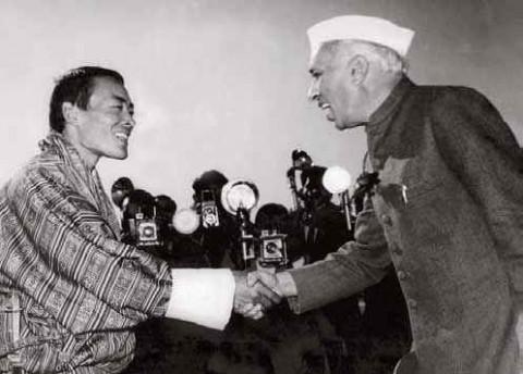Творцы индо-бутанской дружбы, 1954 г. Премьер-министр Джавахарлал Неру приветствует Его Величество Джигме Дорджи Вангчука, третьего короля Бутана. Фотография любезно предоставлена: Ее Величеством Аши Кесанг Чоеден Вангчук, королевой-матерью Бутана.