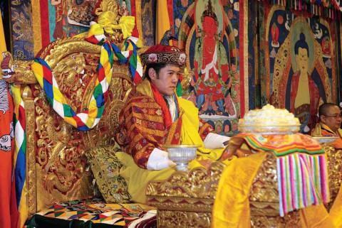 Его Величество Джигме Кесар Намгьял Вангчук восседает на Золотом троне после своей коронации в Ташичходзонге.