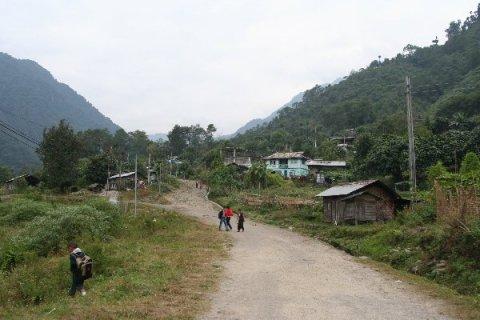 Юксом. На склоне горы справа начинается трек на Дзонгри-Гоче Ла