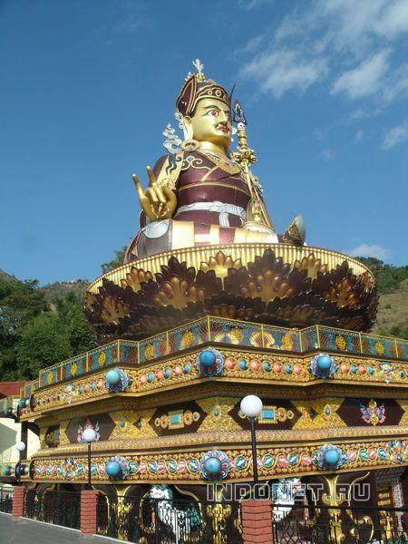 Темпл и статуя Падмасамхавы над озером Ревалсар.