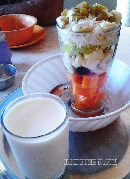 Фруктовый салат в кафе Према, Гокарна, Индия
