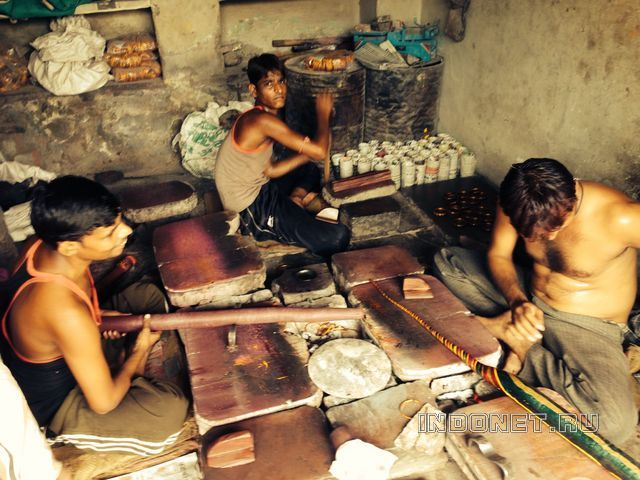 Индия, как делают браслеты