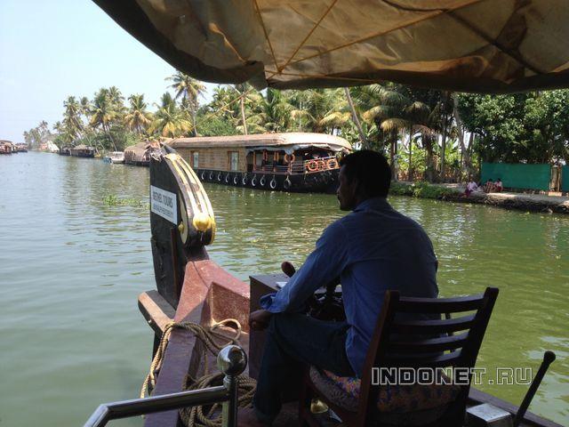 Плывем на хаусботе по бэквотерс Кералы