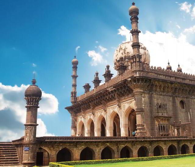 Ибрагим Рауза, каменный резной балкон и интерьер мечети Ибрагим Рауза
