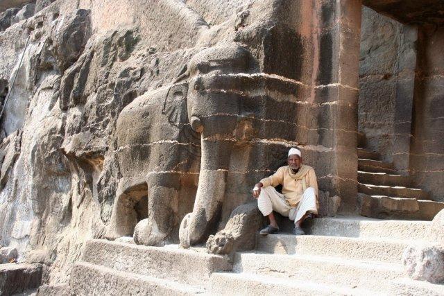 Аджанта. человек со слоном