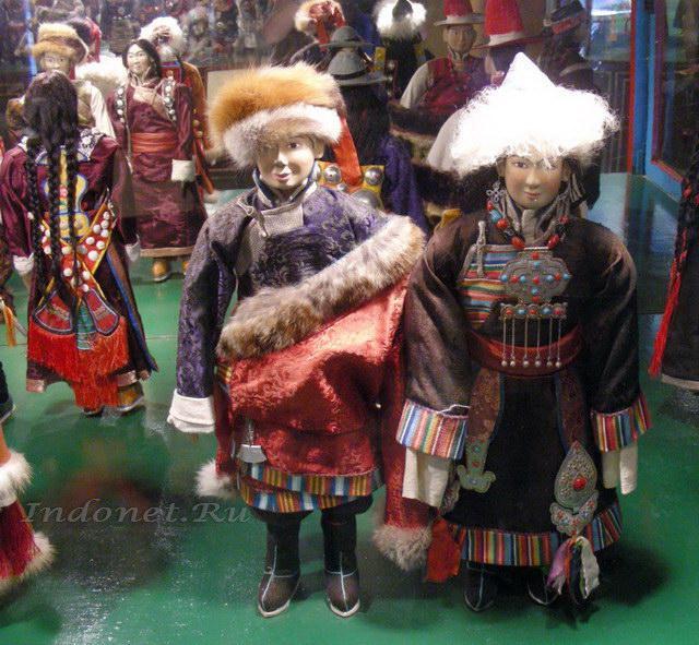 Тибетцы в национальных костюмах