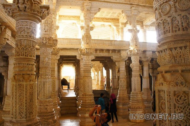 India-Ranakpur_jain_temple-3.jpg