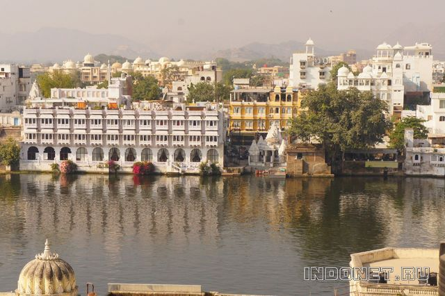 India-Udaipur_Lake_Pichola.jpg