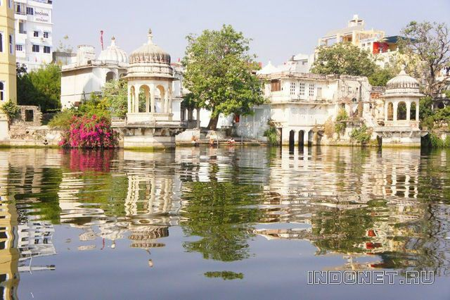 India-Udaipur_lake_palace.jpg