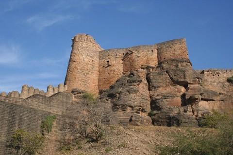 Гвалиор. Стены и башни Форта возле Урваи Гейт