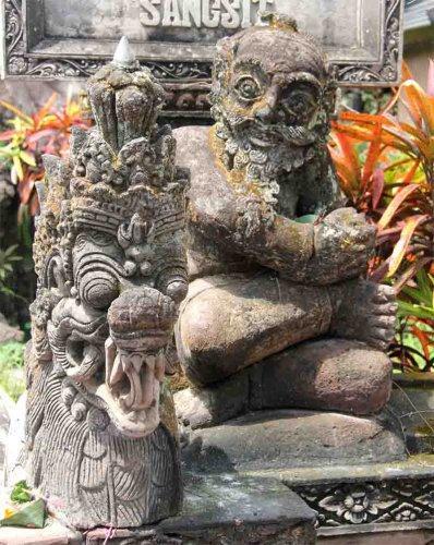 У храма Бали