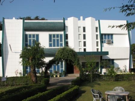 """Отель """"Маюр"""" в заповеднике Раджаджи"""