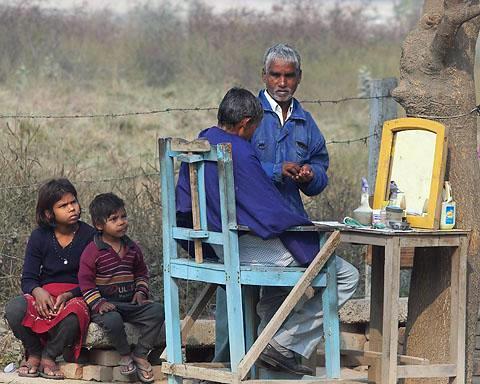 Уличный Парикмахер в Дели.