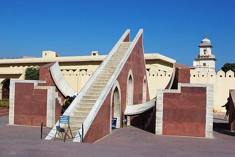 Солнечные часы в Обсерватории Джантар Мантар в Джайпуре.