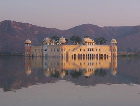 Дворец на озере (Lake Palace) в Джайпуре