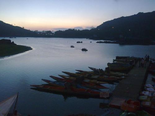 Вечер на озере Nikki Lake, Маунт Абу. Фото июль 2010