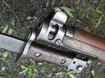 А так к ней крепиться штык-нож. Буквы RFI на клинке - клеймо Ишапурской ружейной фабрики. Фото Ю.Максимова