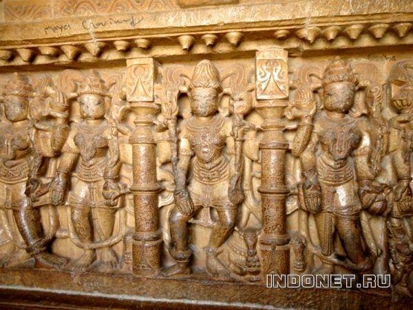 Скульптурные изображения в Vijaya Stambha (Башня Победы)