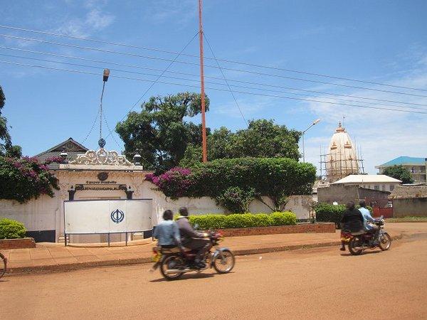Сикхский и индуистский (на заднем плане) храмы в Джиндже