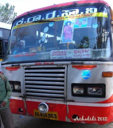 Автобус в Путтапарти с портретом Сатья Саи Бабы
