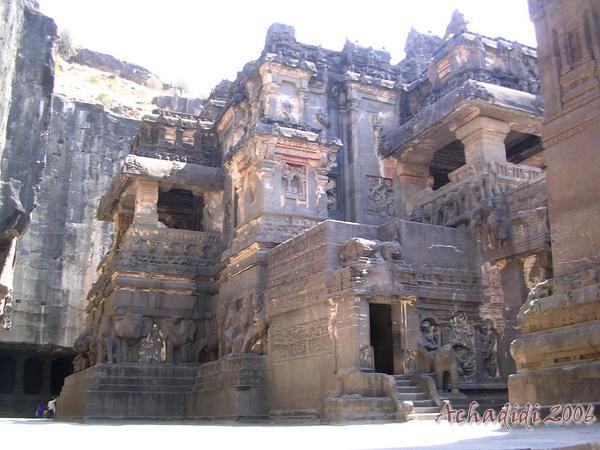 Индуистский скальный храм Кайлаш в Эллоре, вид снизу