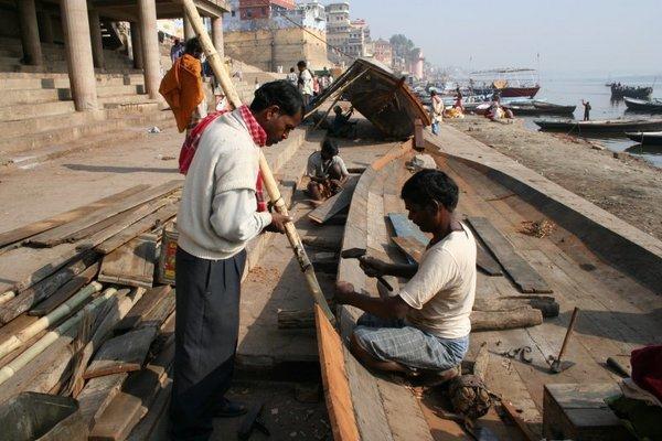 Варанаси, январь 2006 г. Индийские коллеги английского работяги строят тиковую лодочку по прадедовскому методу