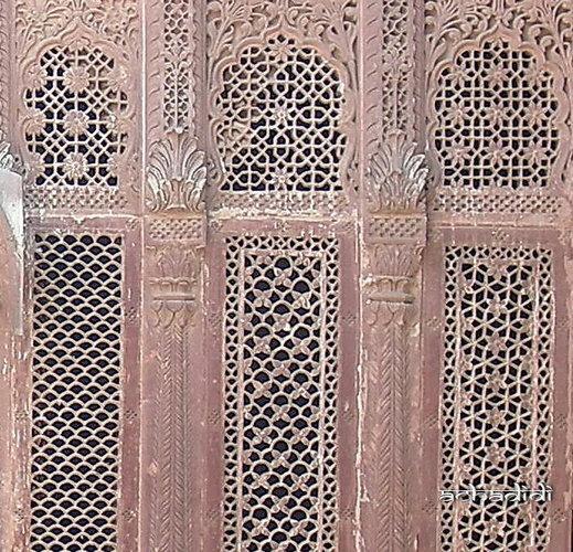 Фото джали - ажурных решеток, заменяющих окна в зенане (женской половине) форта  Джодхпура