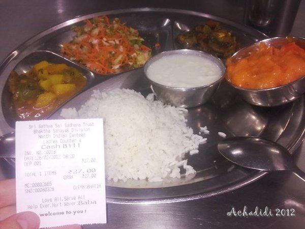 Обед в ашраме Сатьи Саи Баба в Путтапарти