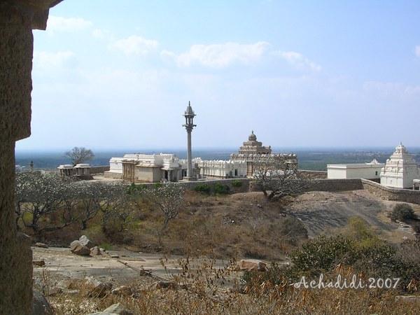 Шраванабелагола, Холм Чандрагири