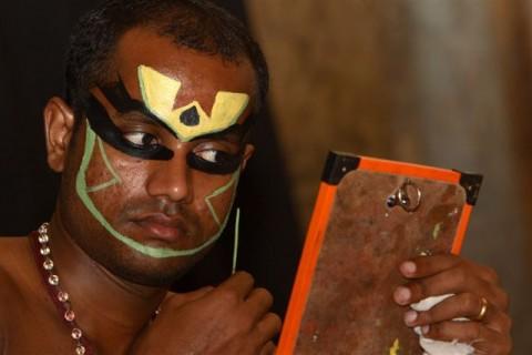 Катхакали, актер накладывает грим
