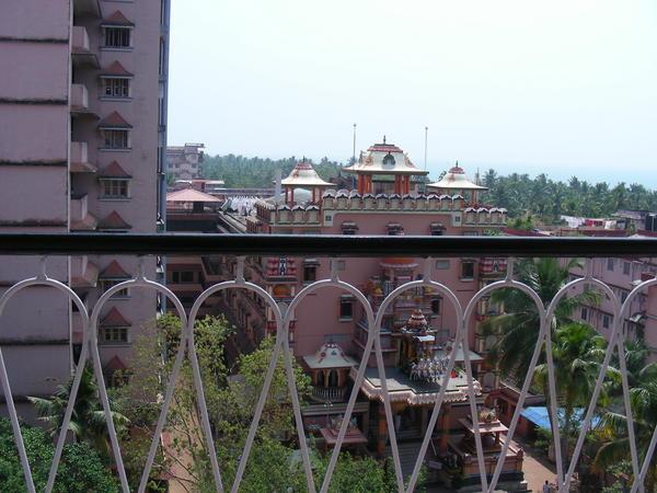 Амритапури - ашрам Аммы, современной индийской святой из Кералы, фото храма и одного из жилых зданий