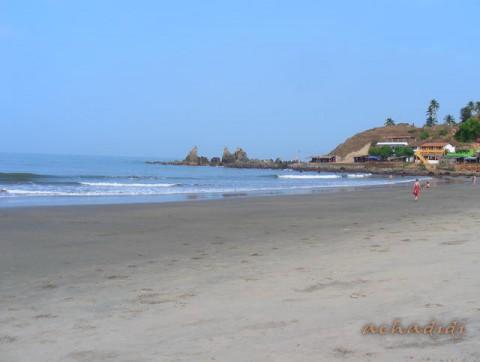 Пляж Арамболя днем с видом на скалистую часть