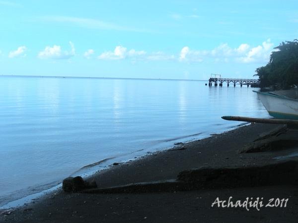 Море на севере Бали. Черный песок и водная гладь, перетекающая в небеса