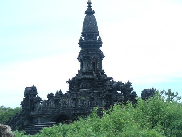 Странный по архитектуре храм на Бали при крематории