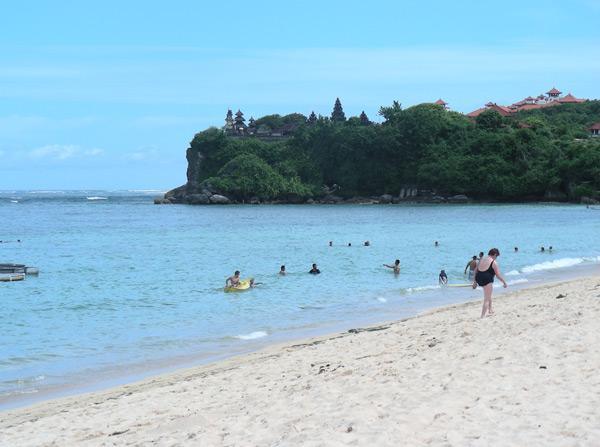 Бали, пляж Нуса дуа с белым песком и голубой водой