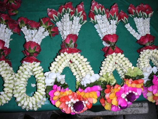 фото - цветочные фенечки из жасмина и роз
