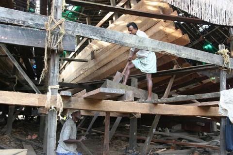 Плотники за распилкой тиковых бревен