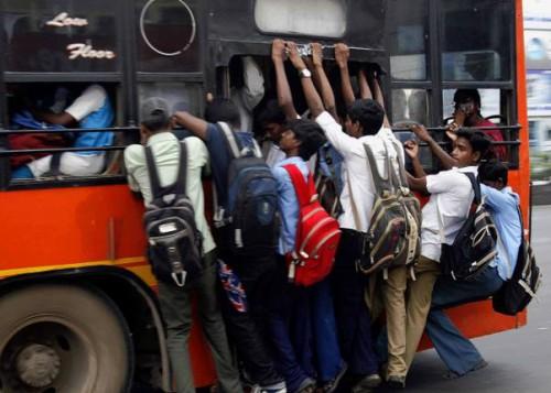 Студенты с риском для жизни свисают из переполненного автобуса в Ченнае. Фото A. Muralitharan