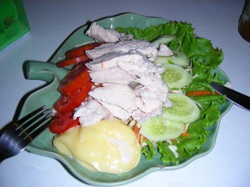 Чикен салат - ломтики вареной курицы и целая гора силоса за 40 бат