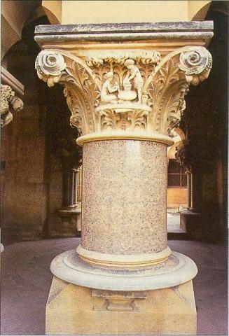 декорированная колонна Мемориала Торпхшша и Мойна, сейчас Государственной библиотеки
