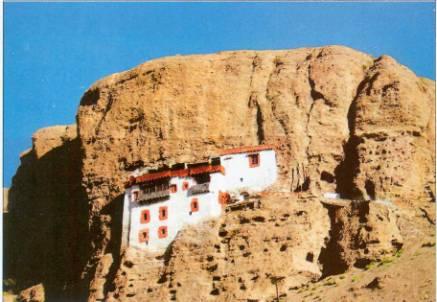 Ладакх, буддийский монастырь в скале