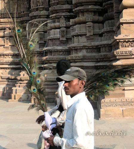 А мужчины с павлиньими перьями... в другом храме...