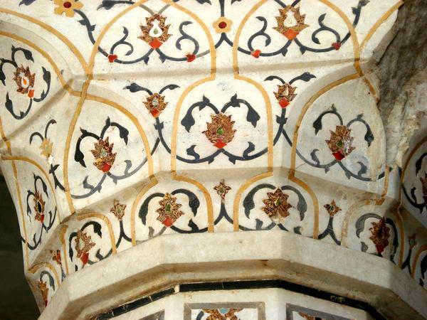 Колонна с драгоценными камнями в красном форте Агры