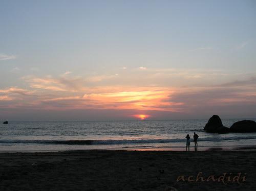 Огненный закат на пляже южного Гоа
