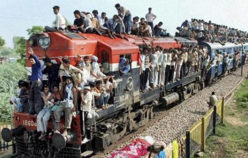 Люди едут на фестиваль Гуру пурнима в Говердхан, рядом с Матхурой. Фото: PTI, www.thehindu.com