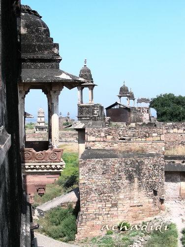 Гвалиор - романтические, но полу-разрушенные дворцы в форте