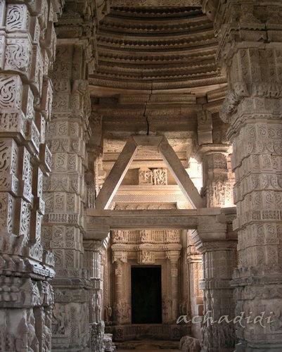 Архитектура храма Сасбаху в гвалиорском форте