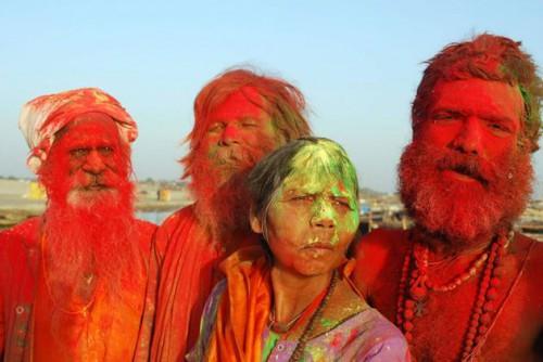 Холи в Аллахабаде,  садху и садхви на священных берегах сангама в Праяге тоже перемазали друг друга краской.фото  PTI с thehindu.com